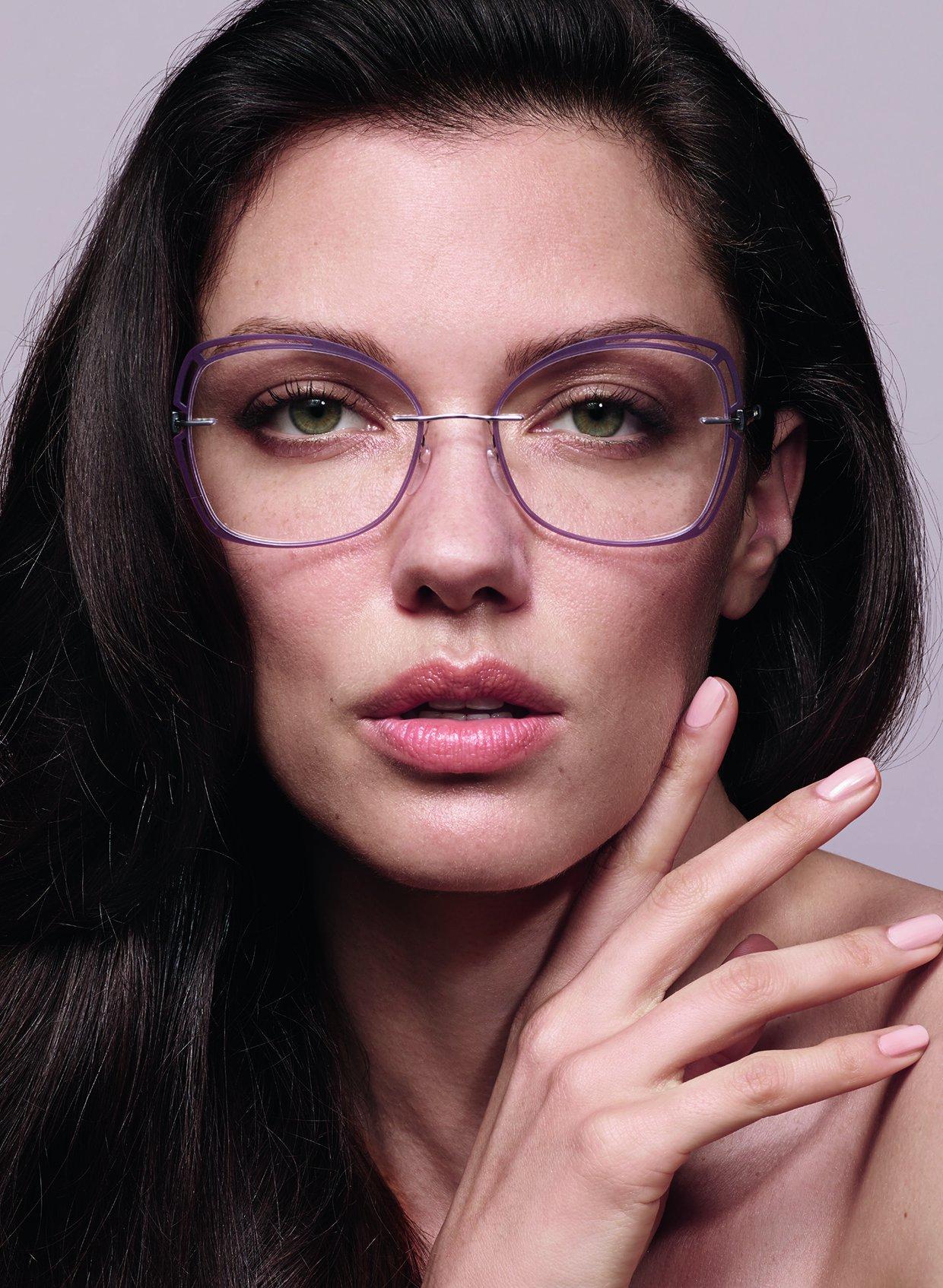 Modèle femme lunettes aperture accent rings grand format