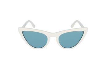 Millie Bobby Brown et Vogue Eyewear proposent des lunettes de soleil avec des verres bleus